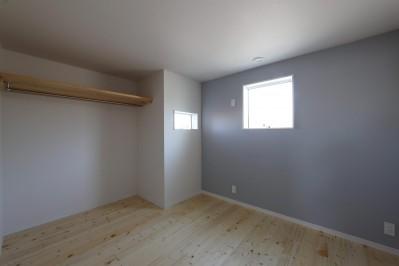 子供部屋 (絵画のように窓を眺める家。夏に花火を見るため大きな窓をつけました。)