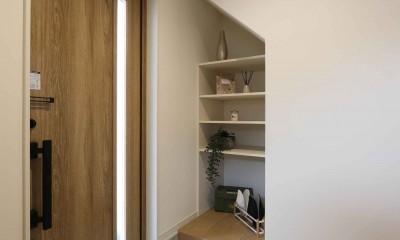 エアコン1台で家じゅう快適。デザイン性の高い高気密・高断熱の家。 (玄関)