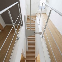エアコン1台で家じゅう快適。デザイン性の高い高気密・高断熱の家。 (階段)