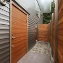 デザイナーズチェアが映えるシンプルに魅せる家の写真 玄関