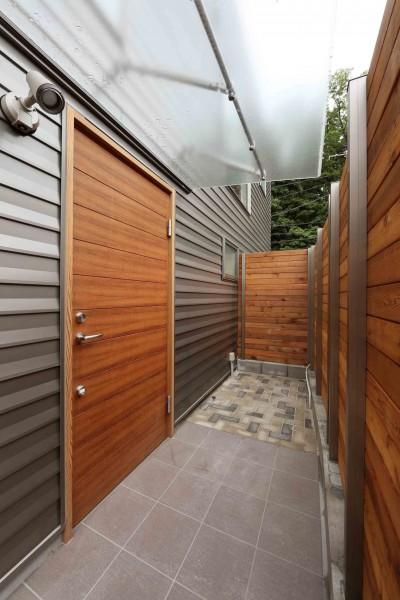 玄関 (デザイナーズチェアが映えるシンプルに魅せる家)