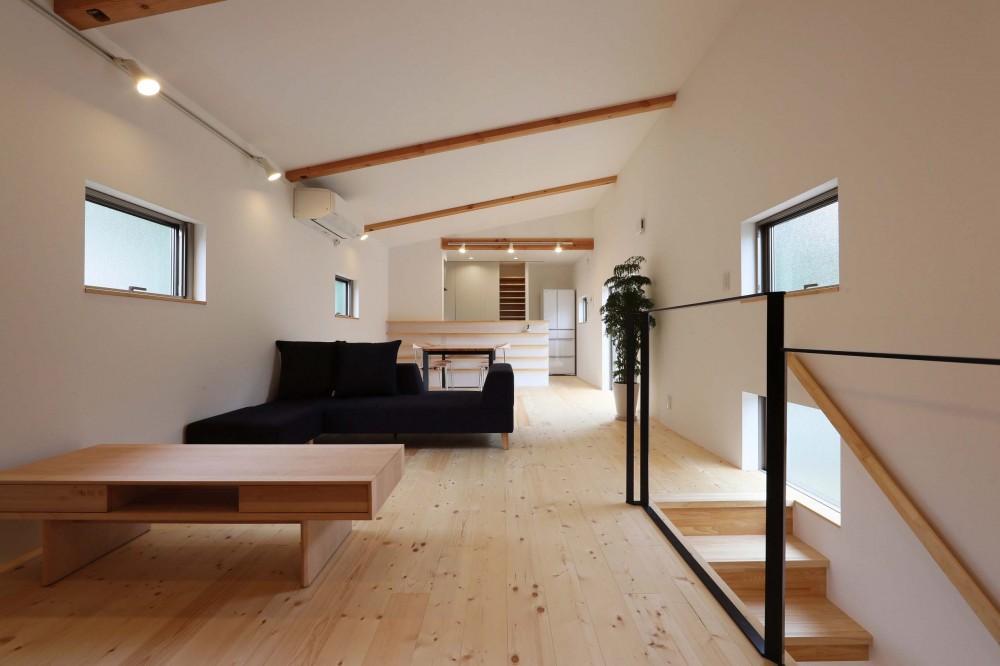 デザイナーズチェアが映えるシンプルに魅せる家 (LDK)