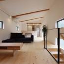 デザイナーズチェアが映えるシンプルに魅せる家の写真 LDK