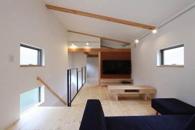 デザイナーズチェアが映えるシンプルに魅せる家 (リビング)