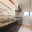 デザイナーズチェアが映えるシンプルに魅せる家の写真 キッチン