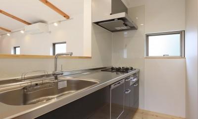 デザイナーズチェアが映えるシンプルに魅せる家 (キッチン)