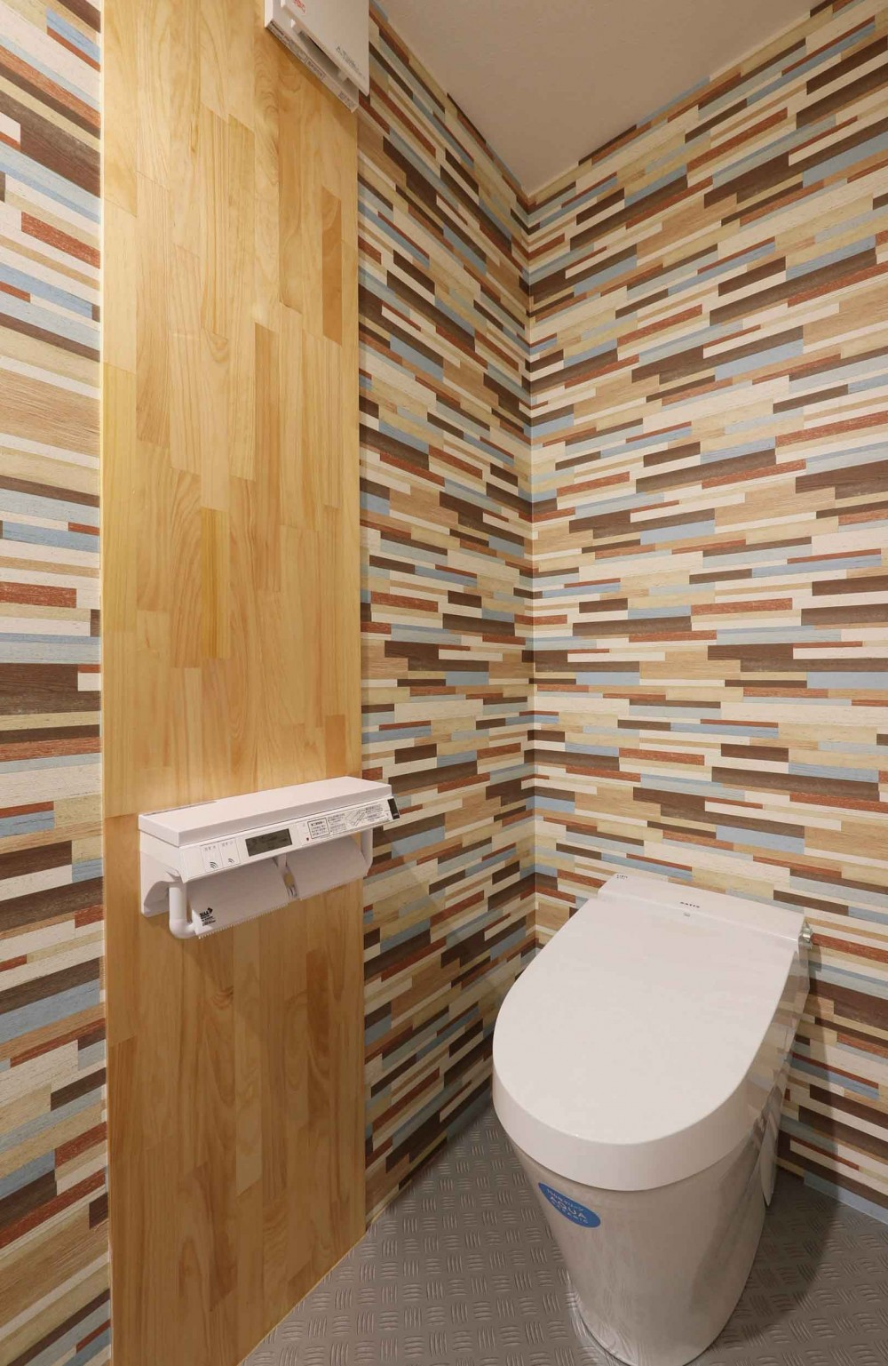 デザイナーズチェアが映えるシンプルに魅せる家 (トイレ)
