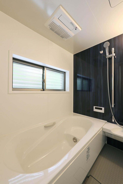 デザイナーズチェアが映えるシンプルに魅せる家 (浴室)