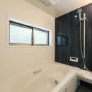 デザイナーズチェアが映えるシンプルに魅せる家の写真 浴室
