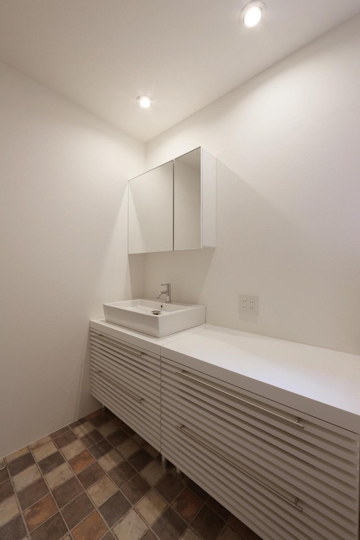 デザイナーズチェアが映えるシンプルに魅せる家 (洗面)