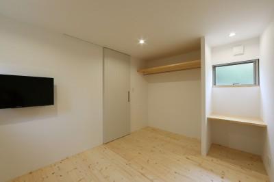 洋室 (デザイナーズチェアが映えるシンプルに魅せる家)