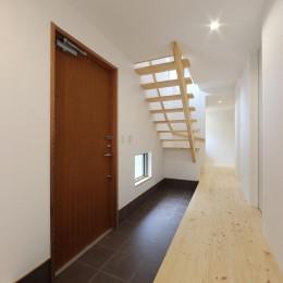 デザイナーズチェアが映えるシンプルに魅せる家 (玄関)