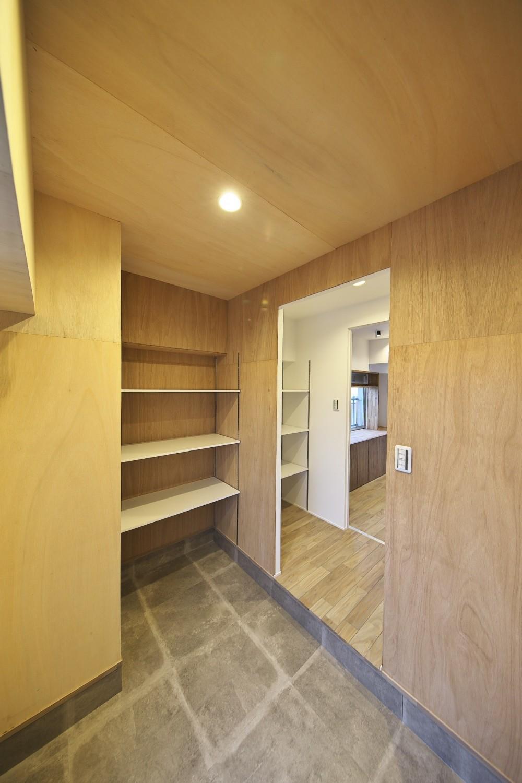 充実した収納でいつでもキレイな家に。アンティークな雰囲気漂うマンションリノベーション (ラワン材を張って木の質感を楽しめる玄関)