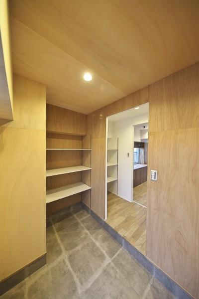 ラワン材を張って木の質感を楽しめる玄関 (充実した収納でいつでもキレイな家に。アンティークな雰囲気漂うマンションリノベーション)