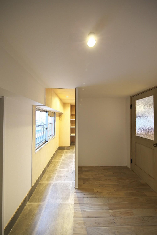 充実した収納でいつでもキレイな家に。アンティークな雰囲気漂うマンションリノベーション (広々とした玄関ホール)