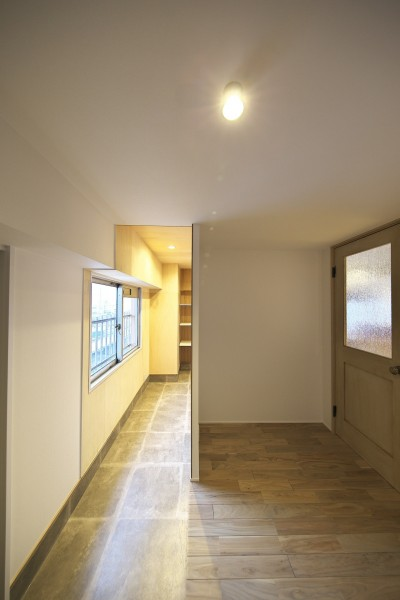 広々とした玄関ホール (充実した収納でいつでもキレイな家に。アンティークな雰囲気漂うマンションリノベーション)
