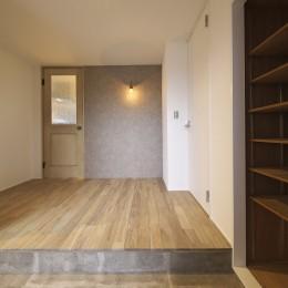 充実した収納でいつでもキレイな家に。アンティークな雰囲気漂うマンションリノベーション (玄関ホールをフォーカルポイントに)