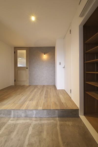 玄関ホールをフォーカルポイントに (充実した収納でいつでもキレイな家に。アンティークな雰囲気漂うマンションリノベーション)