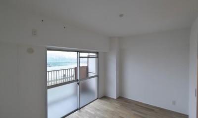 充実した収納でいつでもキレイな家に。アンティークな雰囲気漂うマンションリノベーション (リビングに隣接する洋室)