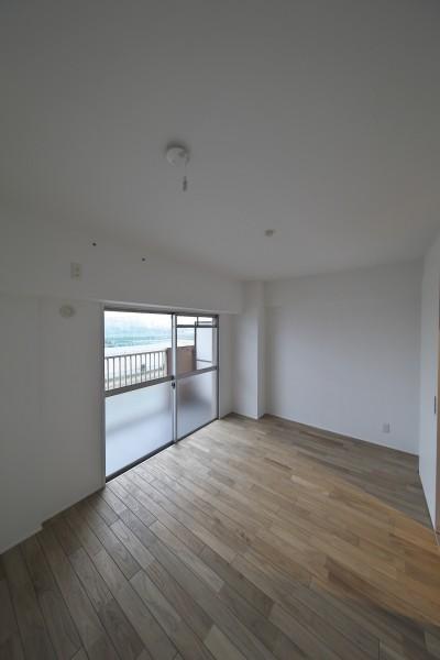 リビングに隣接する洋室 (充実した収納でいつでもキレイな家に。アンティークな雰囲気漂うマンションリノベーション)