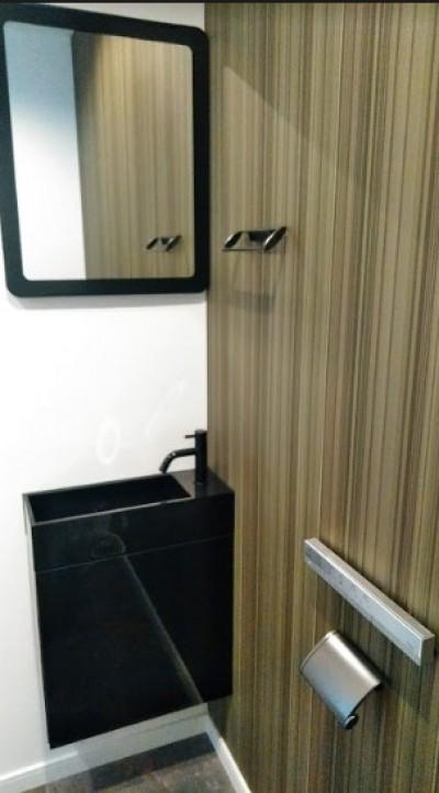 シンプルなトイレ (インダストリアルテイストをアクセントとして盛り込んだフルリノベーション)