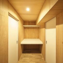 充実した収納でいつでもキレイな家に。アンティークな雰囲気漂うマンションリノベーション (洋室をつなぐウォークスルークローゼット)