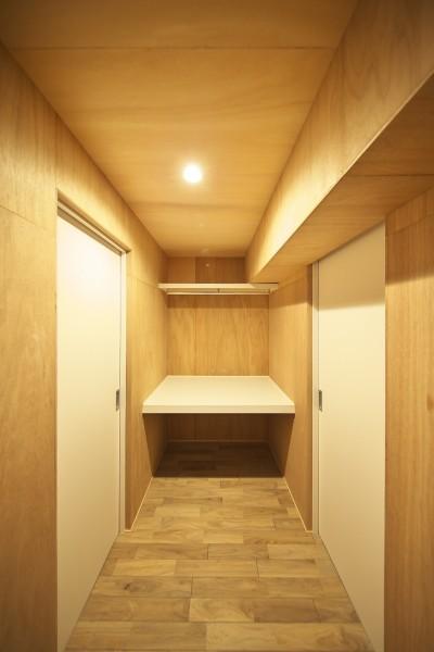 洋室をつなぐウォークスルークローゼット (充実した収納でいつでもキレイな家に。アンティークな雰囲気漂うマンションリノベーション)