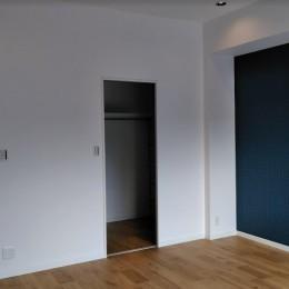 インダストリアルテイストをアクセントとして盛り込んだフルリノベーション (落ち着きのある寝室)