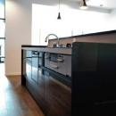 インダストリアルテイストをアクセントとして盛り込んだフルリノベーションの写真 機能的なアイランドキッチン