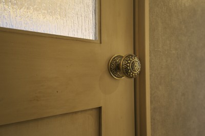 充実した収納でいつでもキレイな家に。アンティークな雰囲気漂うマンションリノベーション (アンティークのドアノブを使用したリビングドア)