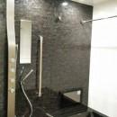 インダストリアルテイストをアクセントとして盛り込んだフルリノベーションの写真 レインシャワーのあるシックなバスルーム