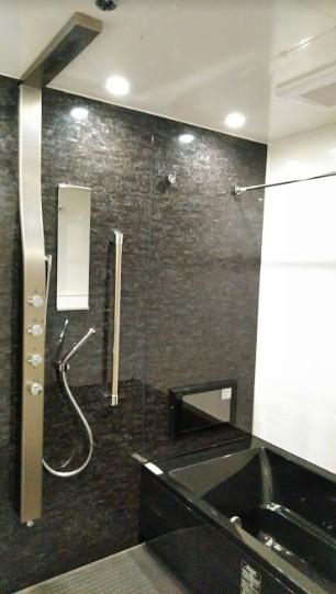 インダストリアルテイストをアクセントとして盛り込んだフルリノベーション (レインシャワーのあるシックなバスルーム)