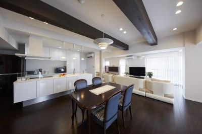 左右から出入り可能な回遊性のあるアイランドキッチン (家族全員のプライベート空間を確保したメゾネット住宅)