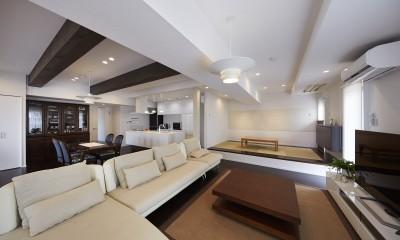 家族全員のプライベート空間を確保したメゾネット住宅 (小上がりの和室で大空間にアクセントを)