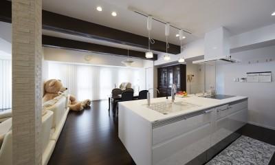 家族全員のプライベート空間を確保したメゾネット住宅 (アイランドキッチンで動線を改善)
