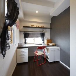 キッチンの近くに配置した奥様の個室 (家族全員のプライベート空間を確保したメゾネット住宅)