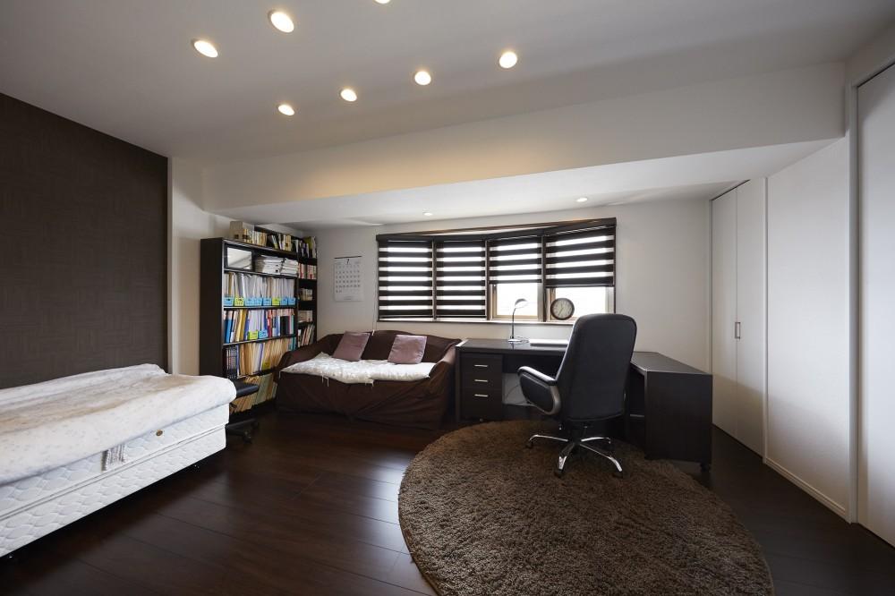 家族全員のプライベート空間を確保したメゾネット住宅 (広々とした寛げる書斎)