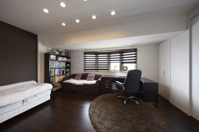広々とした寛げる書斎 (家族全員のプライベート空間を確保したメゾネット住宅)