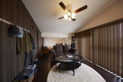 隠れ家のような個室 (家族全員のプライベート空間を確保したメゾネット住宅)
