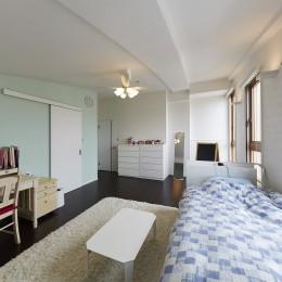 家族全員のプライベート空間を確保したメゾネット住宅 (爽やかな印象の子供部屋)