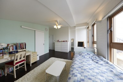 爽やかな印象の子供部屋 (家族全員のプライベート空間を確保したメゾネット住宅)