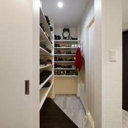 家族全員のプライベート空間を確保したメゾネット住宅 (大容量の収納が可能なシューズクローク)
