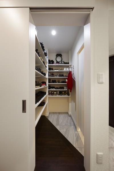 大容量の収納が可能なシューズクローク (家族全員のプライベート空間を確保したメゾネット住宅)