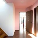 壁紙 WhO(フー)の住宅事例「同一色の壁紙で天井と壁紙に一体感をつくる」