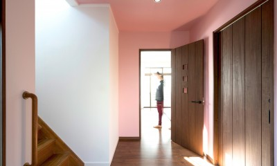 同一色の壁紙で天井と壁紙に一体感をつくる