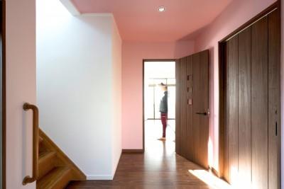 同一色の壁紙で天井と壁紙に一体感をつくる (廊下)