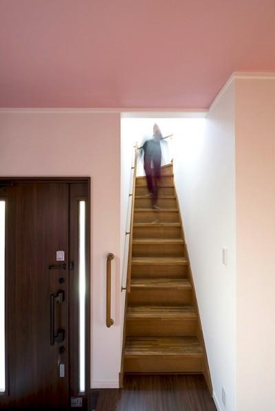 同一色の壁紙で天井と壁紙に一体感をつくる (階段エリア)