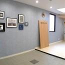 壁紙 WhO(フー)の住宅事例「海をイメージしたエントランスで迎える横浜のシェアハウス」