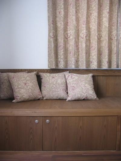 製作ベンチとウイリアムモリスのテキスタイル (木造耐火構造の町屋~狭小地3階建ての住まい~)