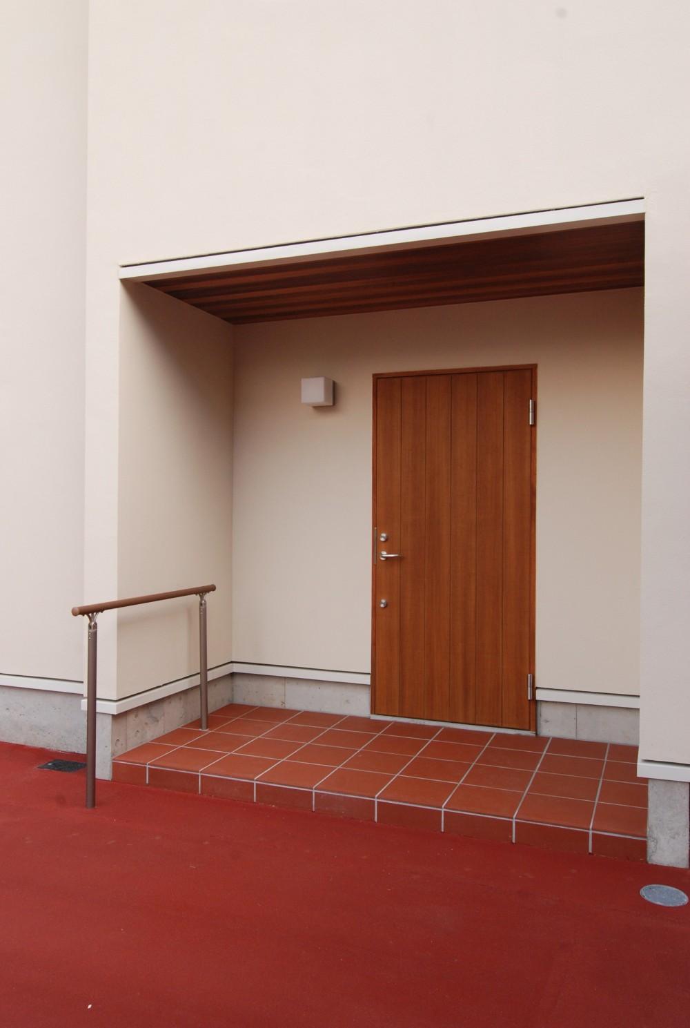 親家の隣に建つ住まい~建築家紹介サイトでの出会い~ (木製玄関防火戸)